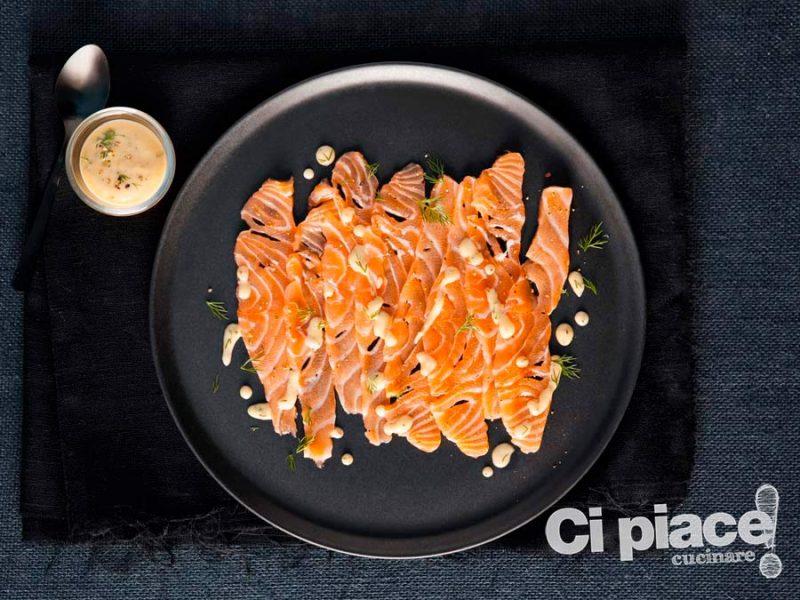 Carpaccio di salmone con salsa allo yogurt