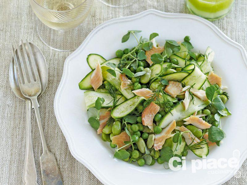 Insalata di verdure con salmone