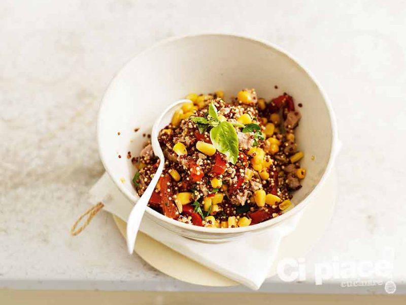 Insalata creativa di quinoa e peperone