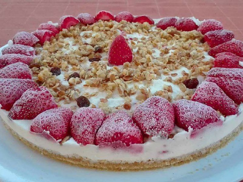 Cheesecake con base all'olio evo,granola e fragole