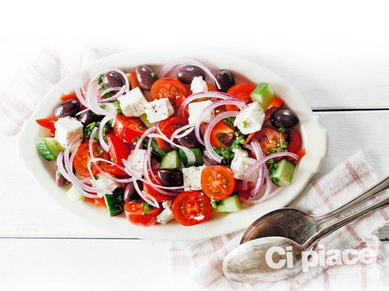 Insalata con feta e cetrioli alla greca