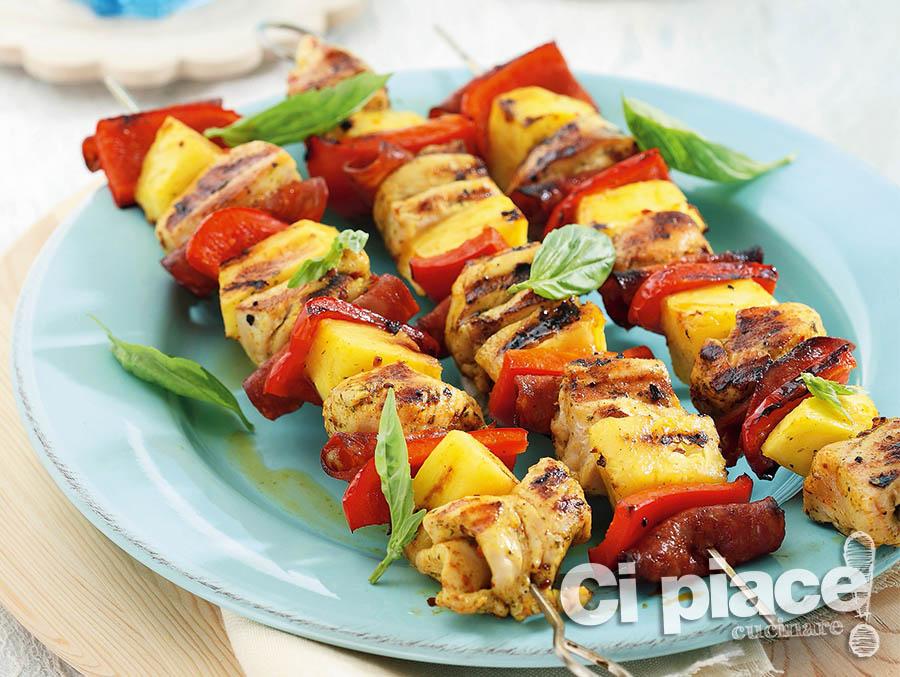 Spiedini di pollo con ananas, bacon e peperoni