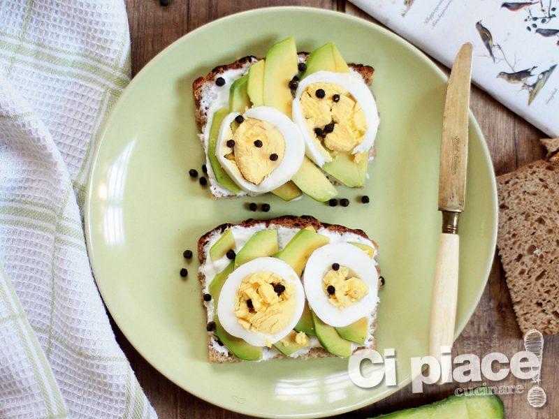 Avocado toast con le uova
