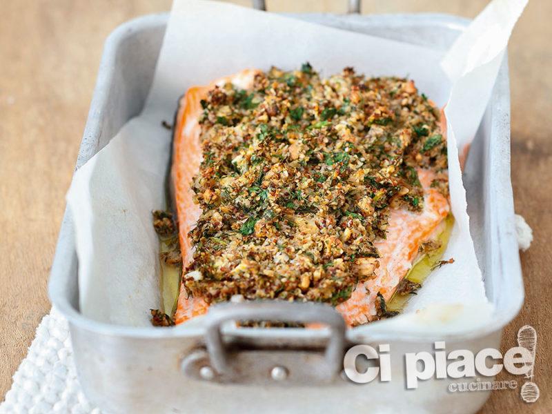Salmone al forno in crosta di noci