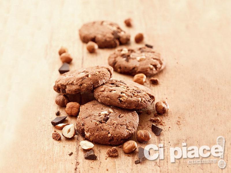 Biscotti di nocciole al cioccolato