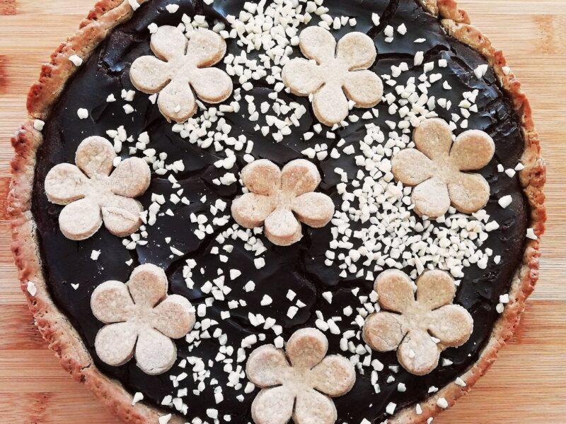 Torta con frolla al burro e zucchero di cocco farcita con crema pasticcera al cacao amaro